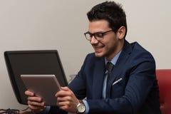 Бизнесмен на проломе с его сенсорной панелью Стоковая Фотография RF