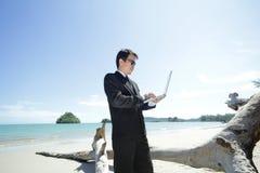 Бизнесмен на пляже. Стоковое Изображение RF