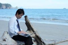 Бизнесмен на пляже. Стоковые Фото