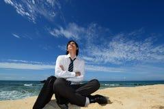 Бизнесмен на пляже стоковая фотография rf