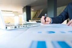 Бизнесмен на работе Изображение человека работая на компьтер-книжке пока sittin Стоковые Изображения RF