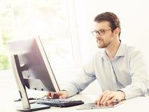 Бизнесмен на работе Таблица работника офиса Стоковая Фотография