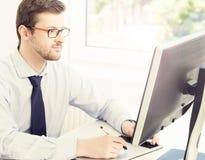Бизнесмен на работе Таблица работника офиса Стоковая Фотография RF