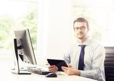 Бизнесмен на работе Таблица работника офиса Стоковое фото RF