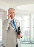 Бизнесмен на сотовом телефоне Стоковые Фотографии RF
