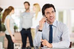 Бизнесмен на сотовом телефоне Стоковое Изображение