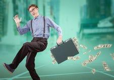 Бизнесмен на следе при деньги падая из портфеля против расплывчатого города с верхним слоем teal стоковые изображения