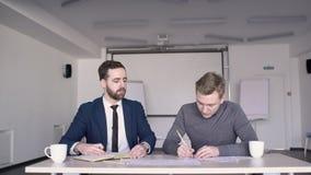 Бизнесмен на таблице с дизайнером встречал на офисе для того чтобы начать проект видеоматериал