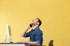 Бизнесмен на телефоне на офисе Стоковая Фотография