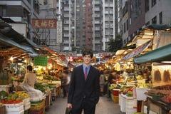 Бизнесмен на уличном рынке Стоковые Изображения