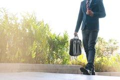 Бизнесмен на часе пик идя в улицу стоковая фотография rf