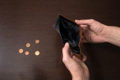 Бизнесмен не имеет никакие деньги Безработные и обанкротившийся взгляды человека в его пустой бумажник Кризис стресса, безработно стоковое фото