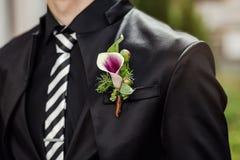 Бизнесмен носит куртку, groom получая готов в утре стоковые изображения