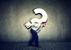 Бизнесмен нося большой вопросительный знак Стоковое Изображение RF