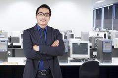 Бизнесмен нося официально носку в офисе стоковые изображения