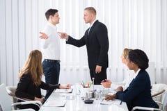 Бизнесмен обвиняя его коллеги в встрече стоковое фото