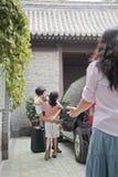 Бизнесмен обнимая его дочь после приходить назад от командировки Стоковая Фотография