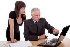 бизнесмен обсуждая работу женщины Стоковые Фото