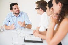 Бизнесмен обсуждая в встрече Стоковое Изображение