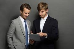 Бизнесмен 2 обсуждая их новый проект Стоковое фото RF