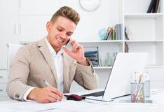 Бизнесмен обсуждая на мобильном телефоне Стоковая Фотография