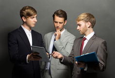 Бизнесмен 3 обсуждая новый проект Стоковое Изображение