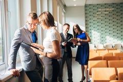 Бизнесмен 4 обсуждая работу в офисе Стоковые Изображения RF
