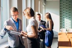 Бизнесмен 4 обсуждая работу в офисе Стоковая Фотография RF