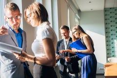 Бизнесмен 4 обсуждая работу в офисе Стоковое Изображение