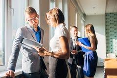 Бизнесмен 4 обсуждая работу в офисе Стоковое Фото