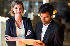 Бизнесмен обсуждая с коллегой над цифровой таблеткой Стоковые Изображения RF