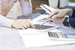 Бизнесмен 2 обсуждая финансовую диаграмму с таблеткой и компьтер-книжкой в внешнем саде парка Стоковые Фото