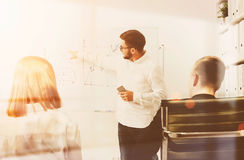 Бизнесмен около whiteboard объясняя диаграммы Стоковая Фотография RF