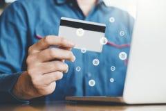 Бизнесмен онлайн-банкингов Cryptocurrency Libra используя ноутбук с покупками кредитной карточки онлайн, концепцией Fintech и Blo стоковая фотография