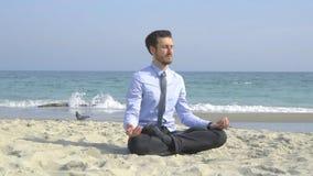 Бизнесмен ослабляет на пляже сток-видео