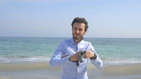 Бизнесмен ослабляет на пляже акции видеоматериалы