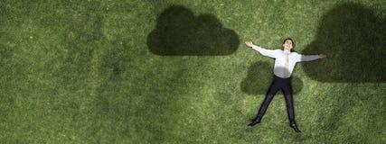 Бизнесмен ослабляя на траве стоковое фото