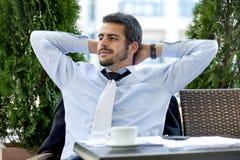 Бизнесмен ослабляя стоковое фото