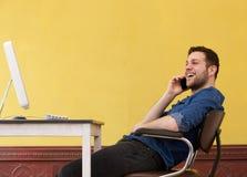 Бизнесмен ослабляя на офисе Стоковое Фото