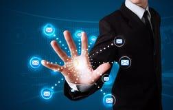 Бизнесмен отжимая виртуальный тип послания значков Стоковые Фотографии RF