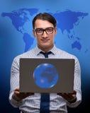 Бизнесмен отжимая виртуальные кнопки в концепции глобального бизнеса Стоковая Фотография