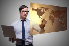 Бизнесмен отжимая виртуальные кнопки в концепции глобального бизнеса Стоковая Фотография RF