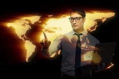 Бизнесмен отжимая виртуальные кнопки в концепции глобального бизнеса Стоковые Фотографии RF