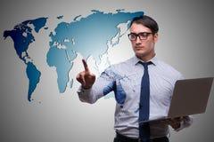 Бизнесмен отжимая виртуальные кнопки в концепции глобального бизнеса Стоковое фото RF