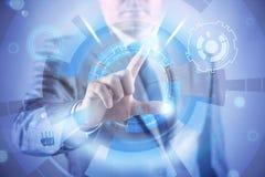 Бизнесмен отжимая виртуальные кнопки в футуристической концепции Стоковое Фото