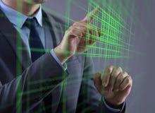 Бизнесмен отжимая виртуальные кнопки в футуристической концепции Стоковая Фотография RF