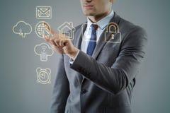 Бизнесмен отжимая виртуальные кнопки в футуристической концепции Стоковые Изображения RF