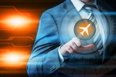 Бизнесмен отжимая виртуальные экраны кнопки Стоковые Изображения RF