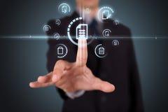 Бизнесмен отжимая виртуальный тип носителя кнопок Стоковые Фото