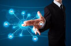 Бизнесмен отжимая виртуальный тип послания значков Стоковое Изображение